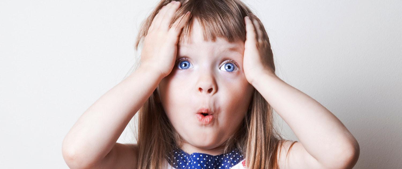 Ein junges Mädchen fasst sich mit staunendem Blick an den Kopf, da sie so viele Fragen rund um's Thema Babysitten und private Kinderbetreuung hat