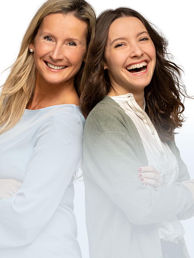 Karin und Vicky Hackstock stehen Rücken an Rücken und sind bereit Ihre Fragen rund ums Thema Babysitten zu beantworten