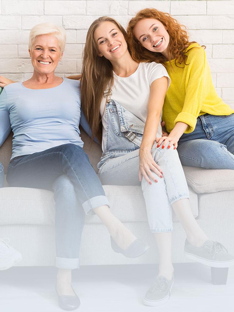 Eine Nanny sitzt mit Babysittern und Au-pairs auf einer Couch und erzählt über ihre Erfahrungen in der privaten Kinderbetreuung