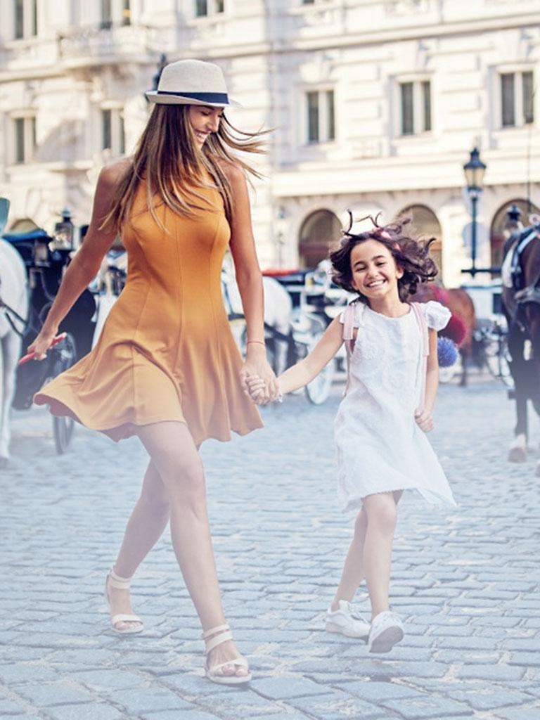 Unsere Hotel Nanny erkundet Hand in Hand mit einem Mädchen die Altstadt und zeigt unserem kleinen Gast auch die Fiaker und Pferde