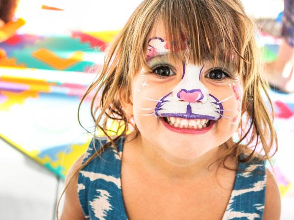 Ein junges Mädchen wurde beim Workshop Kinderschminken in Wien in eine süße Katze verwandelt